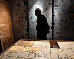 2015年10月30日,莫斯科的古拉格历史博物馆在迁入新址后首度对外开放。图为参观者在展厅内参观。(VASILY MAXIMOV/AFP/Getty Images)