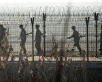 近期平壤屡屡与北京作对。图为中朝边境,朝鲜士兵在巡逻。 (JOHANNES EISELE/AFP/Getty Images)