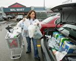 示意图:这位美国妈妈帮儿子们扣好安全带、把食物放在车子后侧时,1加仑装的一桶牛奶掉到地上,全洒了。(Tim Boyle/Getty Images)