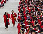 图:近年来罗格斯大学招收的州外学生(包括国际学生)大增,其中中国大陆学生近4千人。图为在罗大2016年毕业典礼上。(Eduardo Munoz Alvarez/Getty Images)