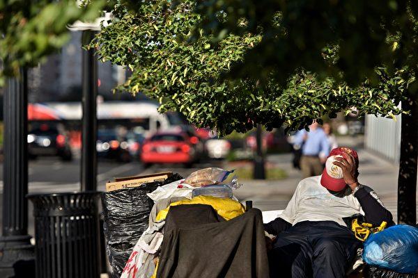 有研究报告表示,美国大部分街友的精神状况不好。(BRENDAN SMIALOWSKI/AFP/Getty Images)