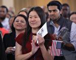 根据一份最新公布的调查报告,去年美国移民总人数达到4,370万,创106年来最高点。(John Moore/Getty Images)