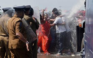 2017年1月,大批斯里蘭卡民眾抗議政府打算將漢班托塔港交由中國企業運營,與警方發生暴力衝突。( ISHARA S. KODIKARA/AFP/Getty Images)