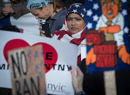 就在川普(特朗普)最新版旅行禁令即将在全美国生效的时候,一名夏威夷联邦法官阻止了这份禁令。  ( BRYAN R. SMITH/AFP/Getty Images)