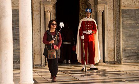 2017年2月22日,一名亚洲旅客在摩洛哥的哈桑大楼(Hassan Tower)前自拍。 (FADEL SENNA / AFP / Getty Images)