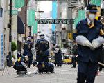 日本是世界上犯罪率最低的國家之一。因為犯罪率低,而且警力充足,所以該國警察會沒事找事做。圖為在東京調查案件的警察。(STR/AFP/Getty Images)