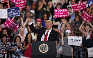 2017年4月29日,川普總統在賓夕法尼亞州Harrisburg慶祝就職百日的集會上。(Alex Wong/Getty Images)