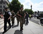 曼彻斯特5月22日发生自杀炸弹袭击后,将近1000名士兵被立即部署到英国街头支援警方。(Carl Court/Getty Images)