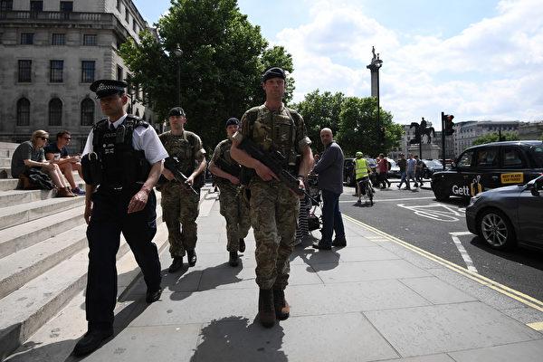 曼徹斯特5月22日發生自殺炸彈襲擊後,將近1000名士兵被立即部署到英國街頭支援警方。(Carl Court/Getty Images)