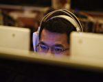 北京網吧一名男子在使用電腦。( GREG BAKER/AFP/Getty Images)