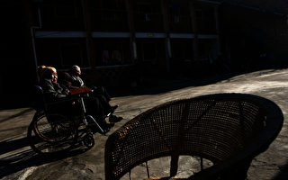 近日,清華大學經濟學教授寧向東披露,中國未來將面臨嚴重的老齡化問題。圖為昆明老人。(Photo by China Photos/Getty Images)