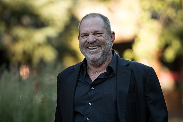 �S著民主�h�h�T�_始跟名�u�叩氐碾�影大亨�厮固梗�Harvey Weinstein)拉�_距�x,希拉里和�W巴�R可能有�c�y堪。他��跟�@位民主�h金主之�g�Y源深厚。( Drew Angerer/Getty Images)