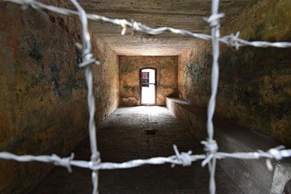 這是位於波蘭的一處納粹集中營的毒氣室。(Bruce Adams-Pool/Getty Images)