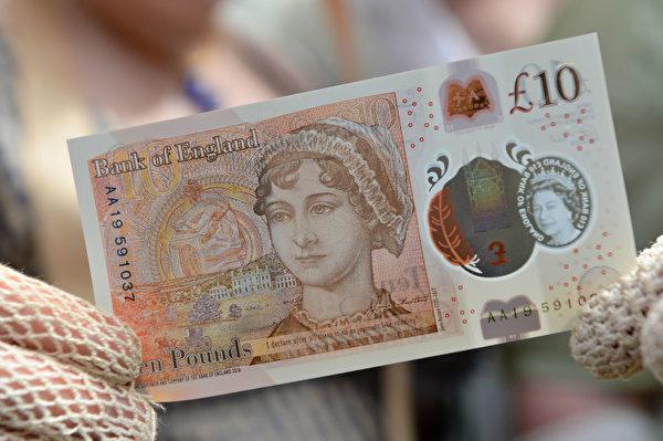 价值7,200镑还是十镑? 近日,英格兰银行举行了一场慈善拍卖会,一张编号为AA01 000010的新版十镑钞票卖出了7,200镑的价钱,比估价高出4,000多镑。 据报导,当天共拍卖了87张十镑钞票,序列号在10至100之间,其中AA01 000011和AA01 000012分别卖出了5,200镑和3,500镑的高价。 一张序列号从CB01 50734到CB54 507394、还没有切割的整张钞票卖出了1.35万镑的高价,上面包括一共54张十镑钞票。整晚活动一共筹集到了26.32万镑。 (Chris J Ratcliffe-Pool/Getty Images)