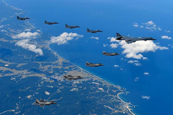 川普近几天连发推文,引发外界对美国是否会向朝鲜动武猜测。图为9月18日,F-35战机护卫美B-1B轰炸机飞越朝鲜半岛。(South Korean Defense Ministry via Getty Images)