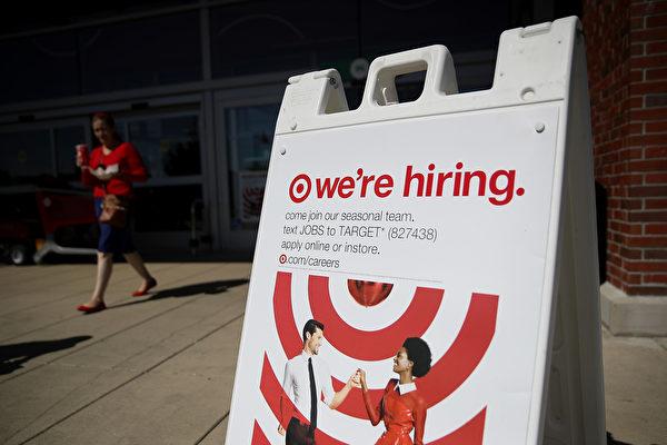 美国劳工部星期四(10月12日)公布申请失业救济报告,截至10月1日至7日当周,全美初领失业救济金人数下降到一个月以来的新低点。(Justin Sullivan/Getty Images)