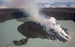 2017年9月30日,煙、灰和火山岩從瓦努阿圖的安巴海島上一座噴發火山的火山口噴發出來。(DAN MCGARRY/AFP/Getty Images)