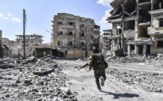 周日(10月15日),美国支持的叙利亚盟军已经在拉卡对残余伊斯兰国恐怖组织(IS)武装分子发动最后阶段战斗。(B ULENT KILIC/AFP/Getty Images)