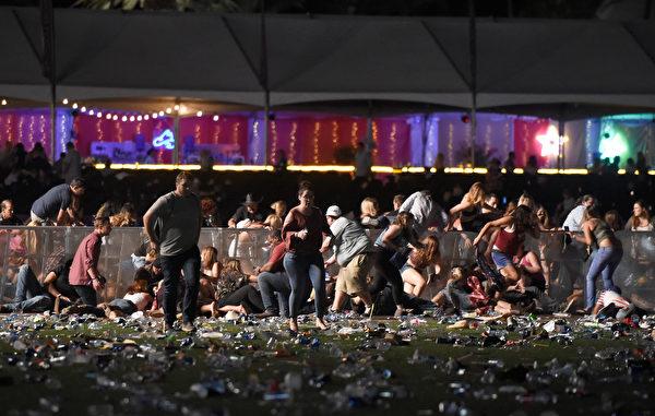 2017年10月1日,美国拉斯维加斯发生枪击案,现场一片凌乱。(David Becker/Getty Images)