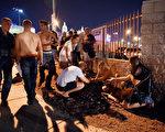 0月1日晚,美國賭城拉斯維加斯發生美國近代史上最致命槍擊血案,在目擊者回顧當時驚恐一刻時,現場也湧出捨身為陌生人擋子彈的勇士。(David Becker/Getty Images)