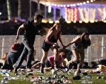 週日(10月1日)晚,美國爆發近代史上最嚴重的槍擊案,造成至少58人死亡,515人受傷。(David Becker/Getty Images)