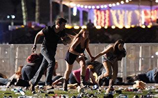美國當地時間10月1日晚,64歲的嫌凶帕多克從拉斯維加斯曼德勒海灣酒店的第32層樓上,向正在舉行露天鄉村音樂會的2.5萬人瘋狂掃射,釀成59人死亡、527人受傷的慘案。帕多克隨後飲彈自盡。(David Becker/Getty Images)