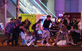 10月2日凌晨,在拉斯維加斯音樂會槍擊發生後人們主動照護傷者。(Ethan Miller/Getty Images)