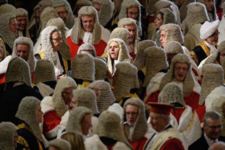 好多的法官啊! 10月2日,英国高等法庭、上诉法庭和最高法庭的法官们聚集在威斯敏斯特教堂,参加一年一度的仪式,庆祝新的司法年度的开端。 (Leon Neal/Getty Images)