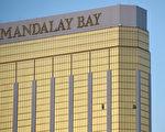 當地時間上週日(10日1日)晚,一名槍手在拉斯維加斯一家酒店的32層套房,對樓下的大批民眾開槍掃射。圖為套房窗戶上的兩個洞。(Photo by David Becker/Getty Images)