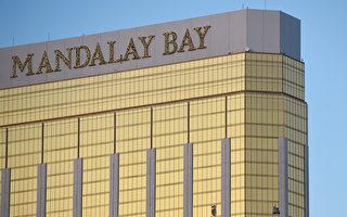 当地时间上周日(10日1日)晚,一名枪手在拉斯维加斯一家酒店的32层套房,对楼下的大批民众开枪扫射。图为套房窗户上的两个洞。(Photo by David Becker/Getty Images)