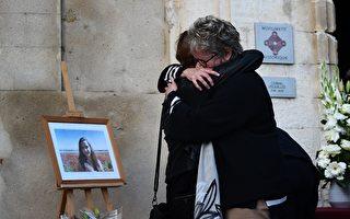 图为被害者Mauranne的家属在其家所在的法国南部城市埃吉莱(Éguilles)悼念被害者。(ANNE-CHRISTINE POUJOULAT/AFP/Getty Images)