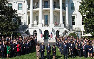 美國總統川普於當地時間10月2日率官員在白宮南草坪為在賭城拉斯維加斯槍擊事件中遇難者默哀悼念。 (SAUL LOEB/AFP/Getty Images)