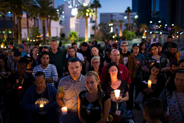 民眾在微遇難者悼念。(Drew Angerer/Getty Images)