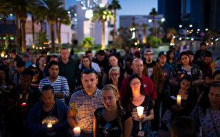 美國賭城拉斯維加斯於2017年10月1日,發生史上最悲慘的槍擊屠殺案,造成59人死亡、500多人受傷。本圖為民眾在2日晚間為罹難者舉行燭光悼念儀式。(Drew Angerer/Getty Images)