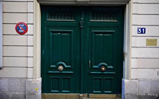 9月30日清晨4點半,巴黎16區Chanez路31號的一位居民聞到樓裡有刺鼻的汽油味,於是出門查看,結果發現在樓房入口處的大廳裡有4個煤氣罐、一些汽油罐和疑似炸彈遙控裝置。(MARTIN BUREAU/AFP/Getty Images)