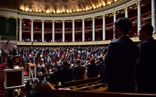 10月3日,法国国民议会议员全体起立默哀一分钟,悼念两天前在马赛圣查理火车站被恐怖分子杀害的两名20岁表姐妹Mauranne和Laura。  (CHRISTOPHE ARCHAMBAULT/AFP/Getty Images)