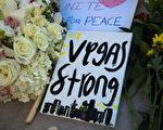 在拉斯維加斯槍擊案現場,民眾為遇難者獻上的花束和悼詞:拉斯維加斯要堅強。(Drew Angerer/Getty Images)