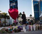 週二(3日),拉斯維加斯沒有了往日的喧鬧,街頭有很多鮮花、蠟燭,以及悼念的標識,還有尋求和平的字句。(Drew Angerer/Getty Images)