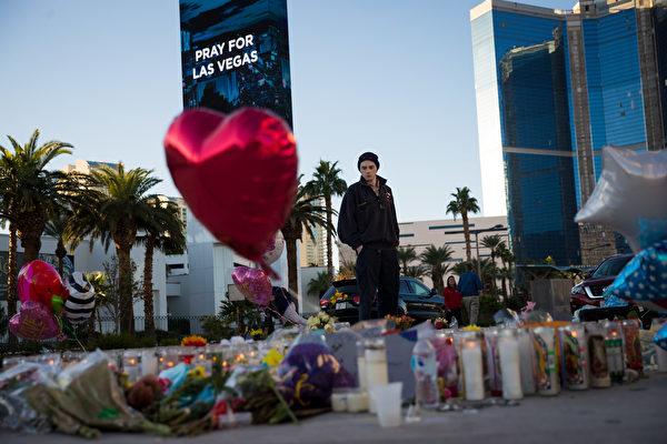 周二(3日),拉斯维加斯没有了往日的喧闹,街头有很多鲜花、蜡烛,以及悼念的标识,还有寻求和平的字句。(Drew Angerer/Getty Images)