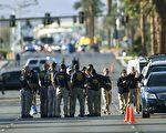 美國賭城於2017年10月1日發生史上最慘重的槍擊屠殺案,槍案兩天後,3日在音樂會旁的拉斯維加斯大道旁,仍可看見成群的聯邦探員在現場蒐證辦案。(MARK RALSTON/AFP/Getty Images)