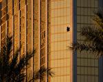 美國賭城拉斯維加斯大規模槍擊案發生已經過去5日,槍手作案動機至今不明。圖為曼德勒灣酒店第32層的房間。 (Drew Angerer/Getty Images)