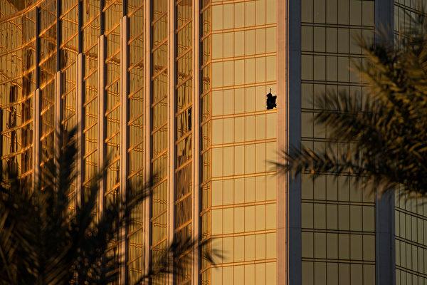 曼德勒湾酒店第32层的房间。 (Drew Angerer/Getty Images)