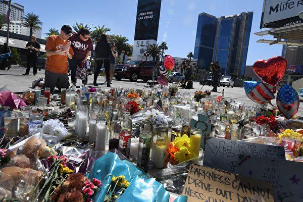美國拉斯維加斯當地時間1日晚上發生重大槍擊案,造成至少59人喪命、500多人受傷,兇嫌當場自殺身亡,留下許多疑點。(MARK RALSTON/AFP/Getty Images)