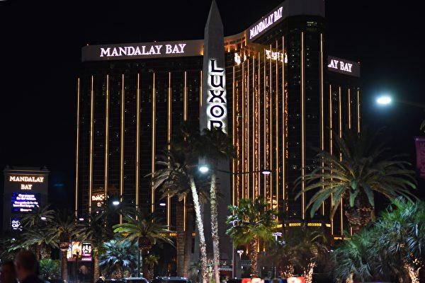 美國當局說,在美國賭城拉斯維加斯發動大屠殺的槍手曾計劃在行凶後逃跑,但最後槍手在留下了一張紙條後飲彈自盡。圖為槍手行凶所處酒店。(ROBYN BECK/AFP/Getty Images)