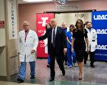 週三(10月4日)美國總統川普(特朗普)和第一夫人梅拉尼婭又馬不停蹄地趕往發生大規模槍擊案件的拉斯維加斯。川普在探望傷者時表示:「我們在你們身邊。」(Drew Angerer/Getty Images)