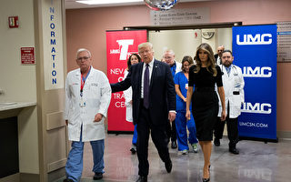 周三(10月4日)美国总统川普(特朗普)和第一夫人梅拉尼娅又马不停蹄的赶往发生大规模枪击案件的拉斯维加斯。川普在探望伤者时表示,我们在你们身边。(Drew Angerer/Getty Images)