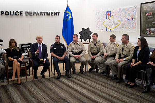 在和第一响应者的会议期间,川普赞扬这些第一时间赶到现场的人员拯救了很多生命。 (Drew Angerer/Getty Images)
