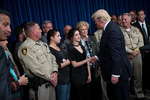 川普和拉斯维加斯警察及伤者家属会面。 (Drew Angerer/Getty Images)