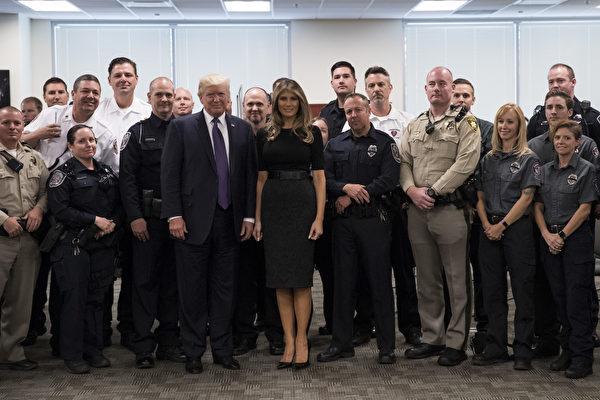 10月4日美國總統川普(特朗普)和第一夫人梅拉尼婭前往拉斯維加斯探視槍擊案傷者。圖為川普與第一夫人在當地警察總部和警察們及第一反應者合影。(Drew Angerer/Getty Images)