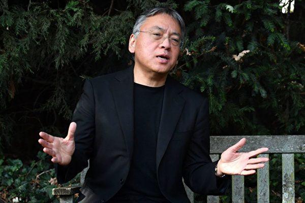 """""""我得了诺贝尔文学奖?没接到通知啊!"""" 日裔英国作家石黑一雄荣获今年的诺贝尔文学奖。最初听说这个消息,他以为是有人在跟他开玩笑,因为诺贝尔委员会还没有通知他。 今年62岁的石黑一雄出生于日本长崎,五岁时随父母移居英国。他是当今英语世界最著名的作家之一,共完成了八本书,被翻译成超过40种语言。他的代表作包括《长日将尽》、《别让我走》,都被改编成了电影。 BBC报导说,日本人原本指望村上春树会获奖,甚至他的书迷已经在东京准备好庆祝了,但是没想到,他又落选了,而是由另外一名原本来自日本的作家获奖,所以人们立刻改为庆祝石黑获奖了。 (BEN STANSALL/Getty Images)"""